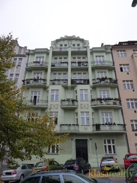 Pěkný byt 3+1 v secesním domě ve Vršovicích.